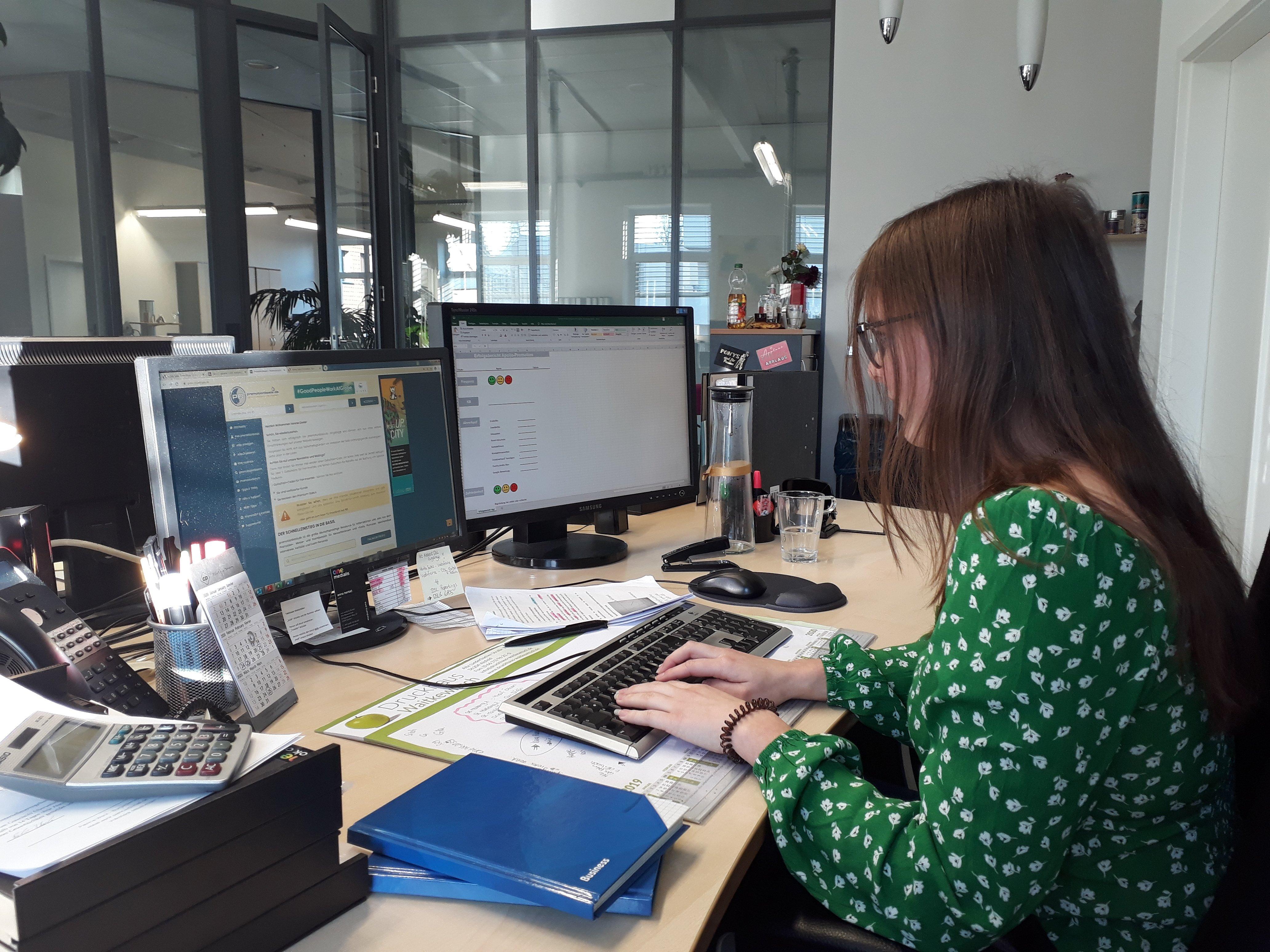 Anna Kauffrau für Büromanagement bei der Arbeit