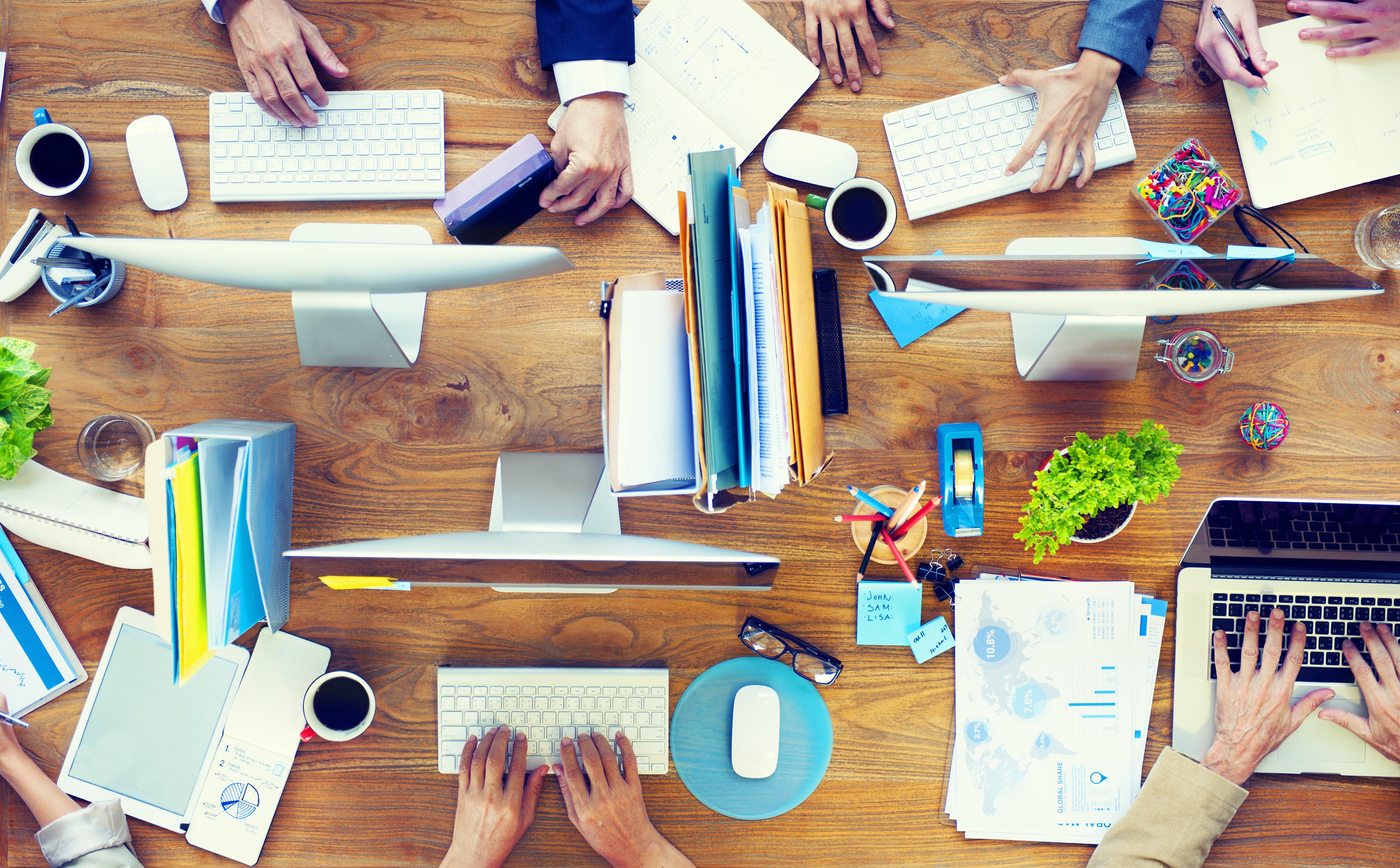 Schreibtisch mit Personen